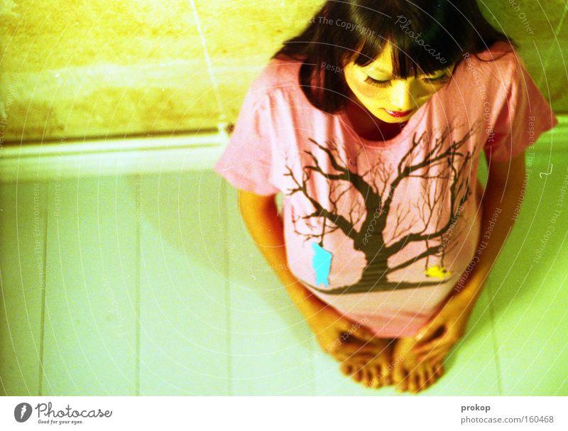 Hanging Tree Frau sitzen trashig hocken Mode klein Asiate schön attraktiv Fuß Zehen Kopf Lippenstift ducken Trauer Verzweiflung Schwäche Barfuß