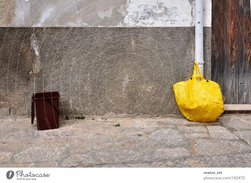 Einkaufen und Wegwerfen gelb Müll Vergänglichkeit verfallen obskur trashig Tüte Müllbehälter Biomüll