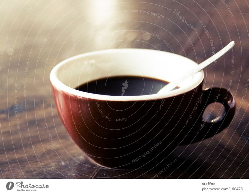 und jetzt erstma n kaffee Kaffee Koffein wach Kaffeetasse Löffel Tisch Espresso Cappuccino aufwachen aufputschen Energiewirtschaft kaffeejunkie trinken