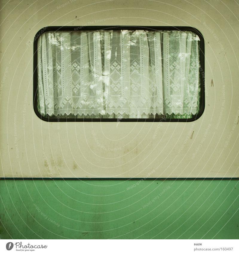 Nebensaison Camping Häusliches Leben Wohnung Fenster Wohnwagen dreckig einfach retro grün weiß Einsamkeit Vergangenheit Vergänglichkeit Gardine Vorhang sparsam
