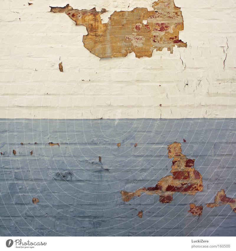 In San Marino bröckelt's blau weiß Mauer Farbstoff Riss Backstein abblättern alt USA hell schäbig Demontage verfallen Italien Vergänglichkeit