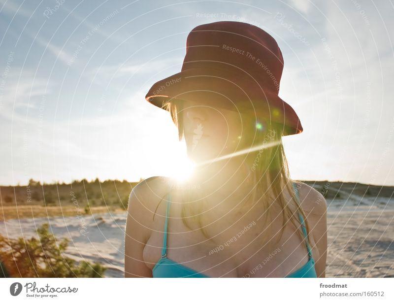 zuckerhut Frau schön Sonne Sommer Strand Sand Wärme Mode blond heiß Hut Bikini Gegenlicht Porträt Stil