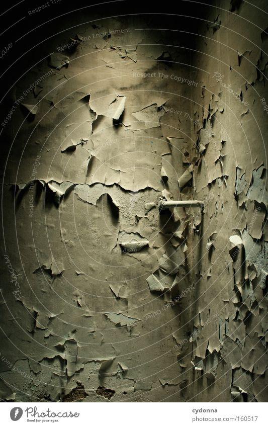 [Weimar 09] Warten auf bessere Tage alt Farbe Leben dunkel Raum Zeit Häusliches Leben Vergänglichkeit verfallen Verfall Eisenrohr Riss Zerstörung Erinnerung Örtlichkeit platzen