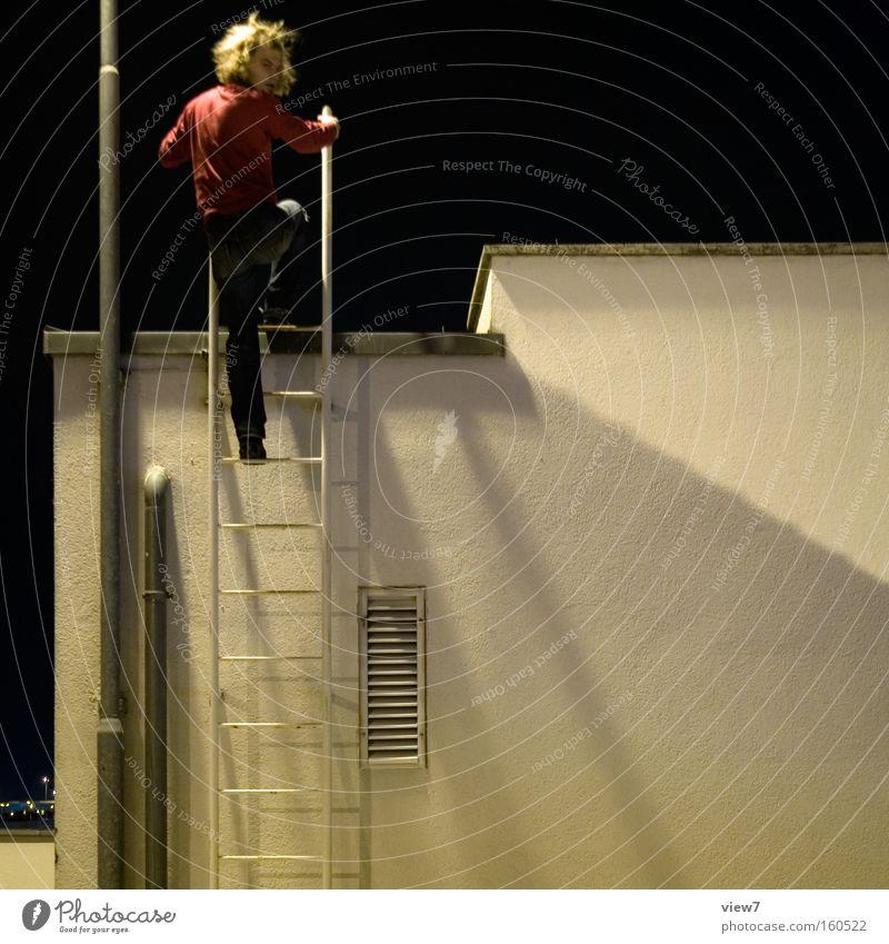 Wer klettert so spät ... Klettern Leiter aufsteigen Sicherheit festhalten Nacht Abend Dieb Kontrolle Mann Arbeiter Leitersprosse Blick hoch Handwerk