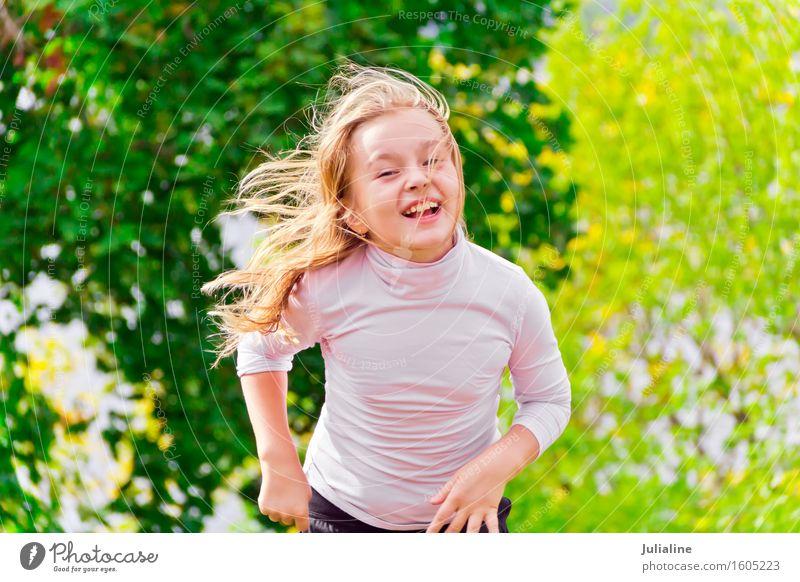 Nettes laufendes Mädchen am Sommer Lifestyle Erholung Freizeit & Hobby Spielen Tanzen Sport Kind Schulkind Frau Erwachsene Kindheit 1 Mensch 3-8 Jahre rennen