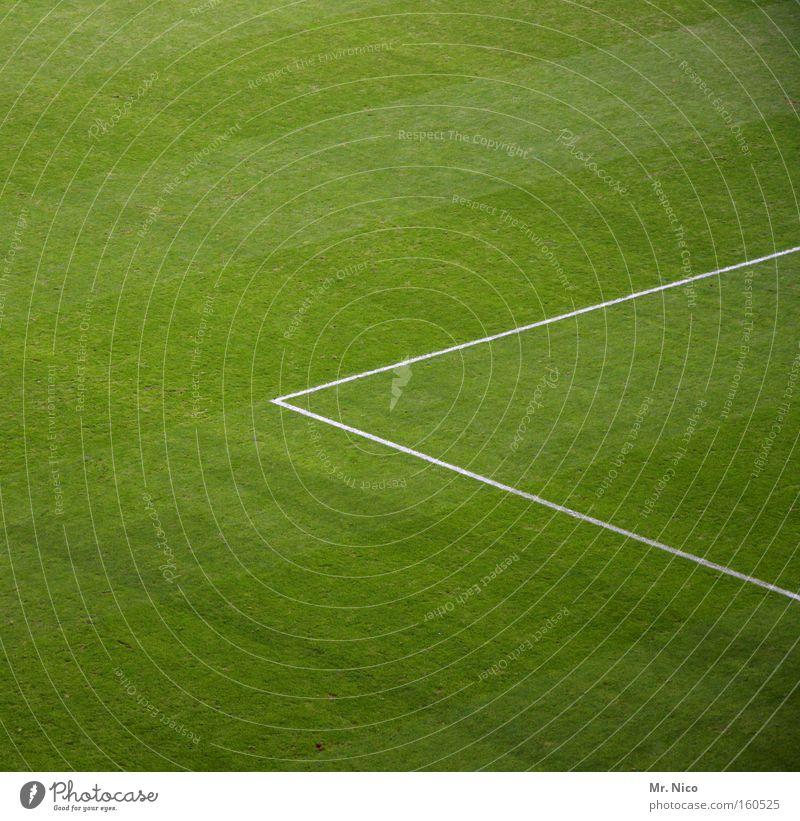 < grün Sport Wiese Spielen Gras Linie Ecke Rasen Freizeit & Hobby Fußballplatz Dreieck Ballsport Grünfläche Strafraum