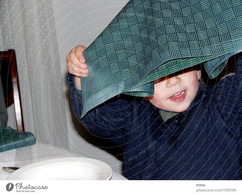 Die kreative Zeit zwischen Bestellung und Lieferung Kind weiß Freude Junge Bewegung klein lachen Stuhl Gastronomie Restaurant Appetit & Hunger Teller Gardine Serviette