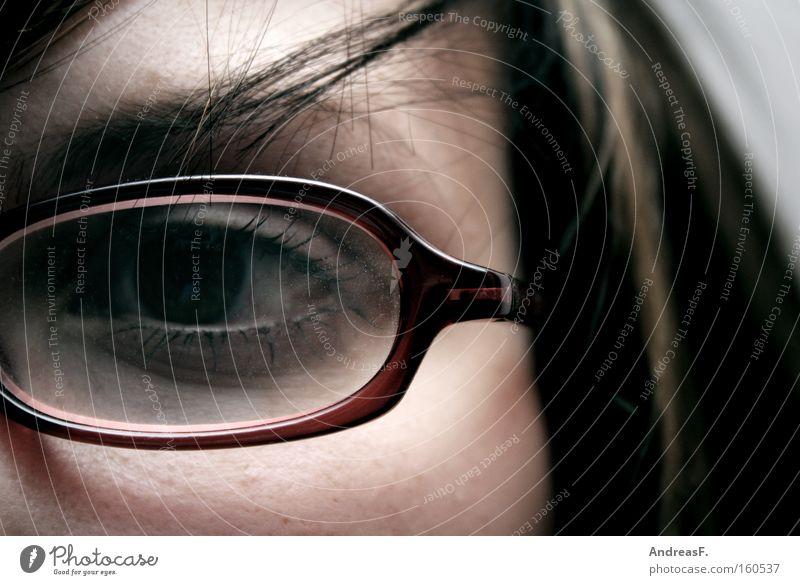 einäugig gelehrt Frau Brille Optiker Brillengestell Blick Detailaufnahme Brillenträger Verstand Auge Durchblick Bildung sehschwäche Sehvermögen