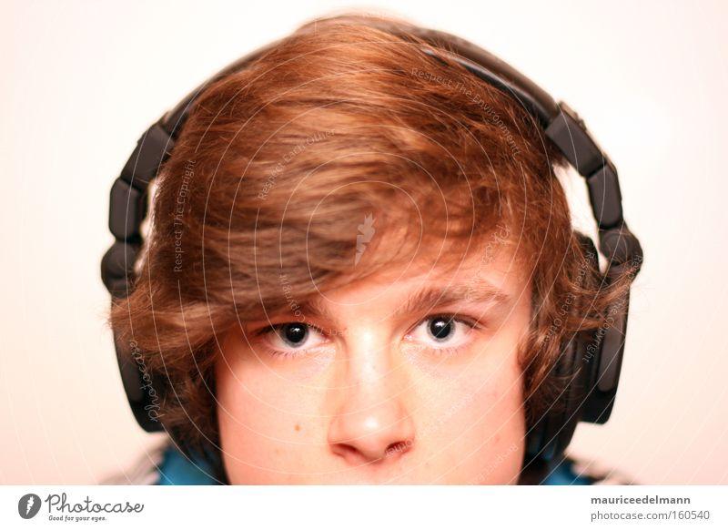 bass addict Mensch Jugendliche weiß blau schwarz Auge Musik Haare & Frisuren hell braun Porträt Technik & Technologie Konzentration Kopfhörer Tontechnik Elektrisches Gerät