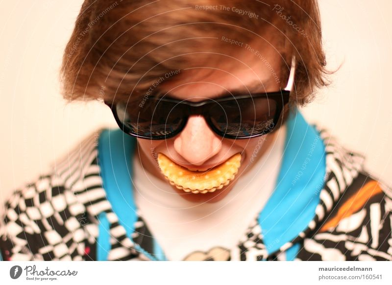 we proudly present: The Cookie. Keks Jugendliche weiß braun orange blau Haare & Frisuren Brille Porträt Ernährung lecker schwarz Jacke Mund Backwaren Langeweile