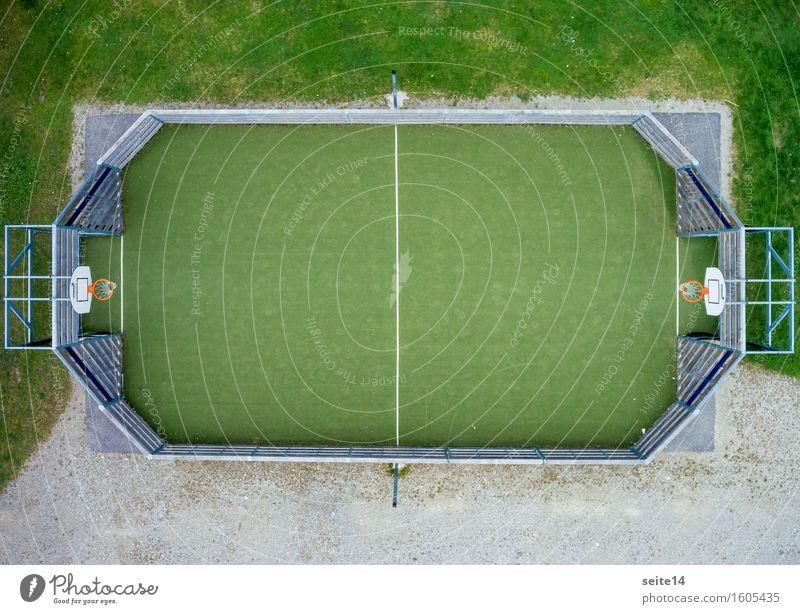 Basketball aus der Vogelperspektive. Spielfeld. Sport. Textfreiraum grün orange Basketballplatz Linie Gras Freizeit & Hobby eingezäunt Zaun Fitness