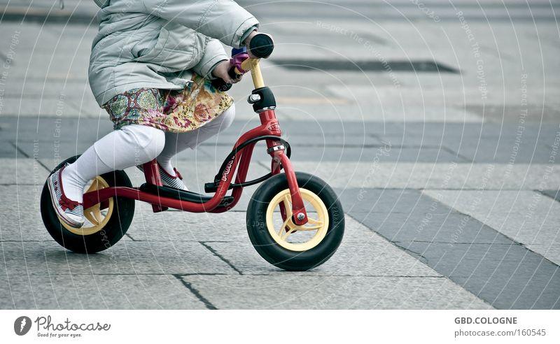 Ich übe schon mal für die Tour de France... Mensch Kind Hand Mädchen Spielen Beine Kindheit Schuhe Fahrrad lernen Kleinkind Jacke Rock Kopfsteinpflaster