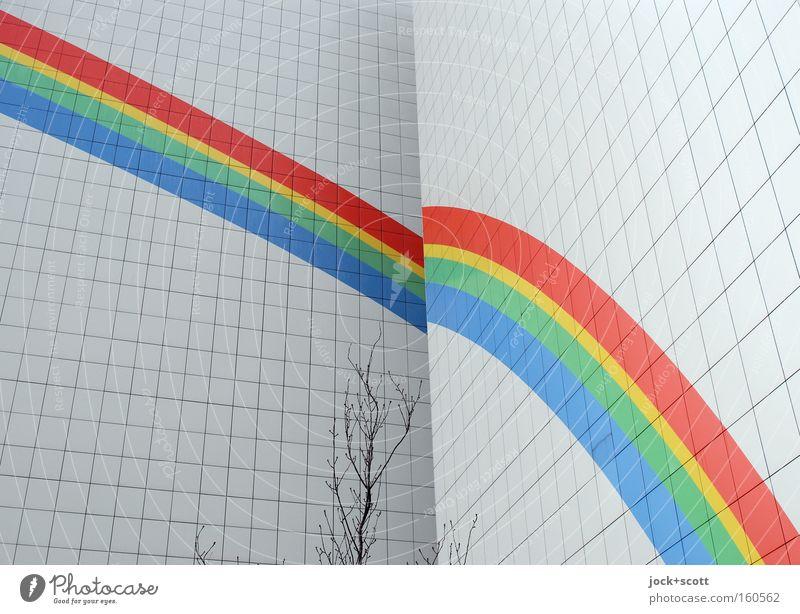Unter einem Regenbogen Haus Mauer Wand Fassade Linie außergewöhnlich kalt mehrfarbig schwarz weiß Stimmung Plattenbau Verlauf Teilung Hoffnung Sehnsucht Stolz
