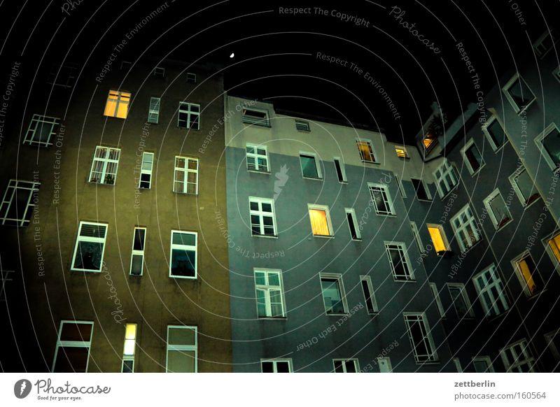 Angeblitzter Hinterhof Haus Stadthaus Wohnhochhaus Mehrfamilienhaus Nacht Fenster Fassade Wohnung Licht Erleichterung erleuchten Erkenntnis Nachtlicht Mond