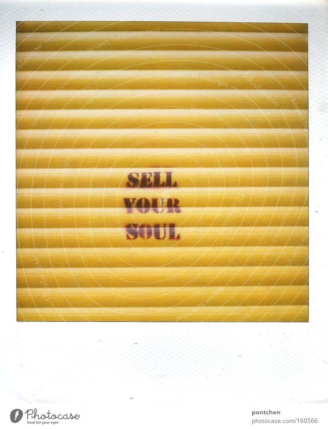 """""""Sell your Soul"""" steht auf dem gelben Rollladen eines  Ladens. Verlauf, Verrat, Seele. Kultur Jugendkultur Subkultur Gebäude Dekoration & Verzierung"""