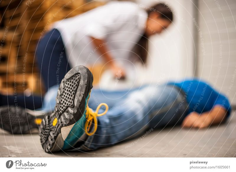 Retter, der bewusstlosen Mann unterstützt Gesundheit Gesundheitswesen Behandlung Mensch 2 Wiederbelebung Widerbelebung aed kardiopulmonale Reanimation