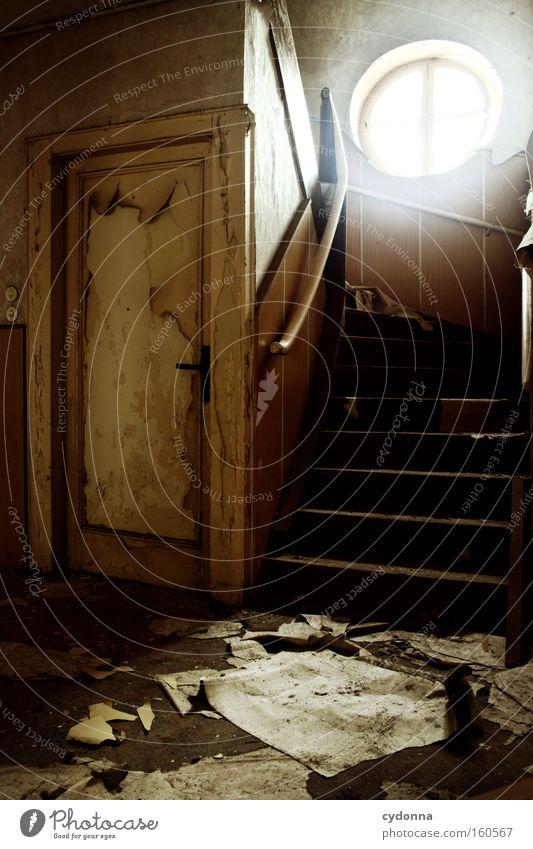 [Weimar 09] Erdgeschoss Fenster Raum Örtlichkeit Verfall Leerstand Licht Vergänglichkeit Zeit Leben Erinnerung Tür Zerstörung alt Treppe Papier Unbewohnt
