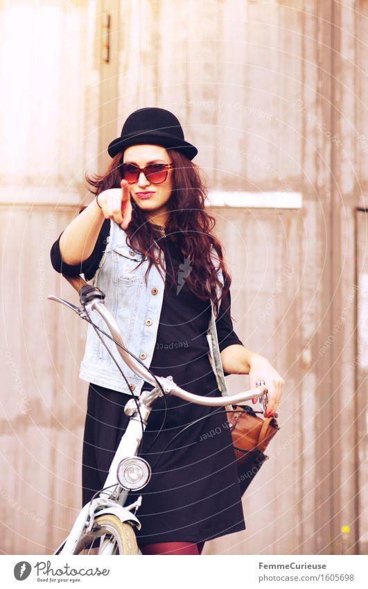 Fahrradspaß_09 Lifestyle Stil Freizeit & Hobby feminin Junge Frau Jugendliche Erwachsene 1 Mensch 18-30 Jahre einzigartig Hipster Melone Locken brünett