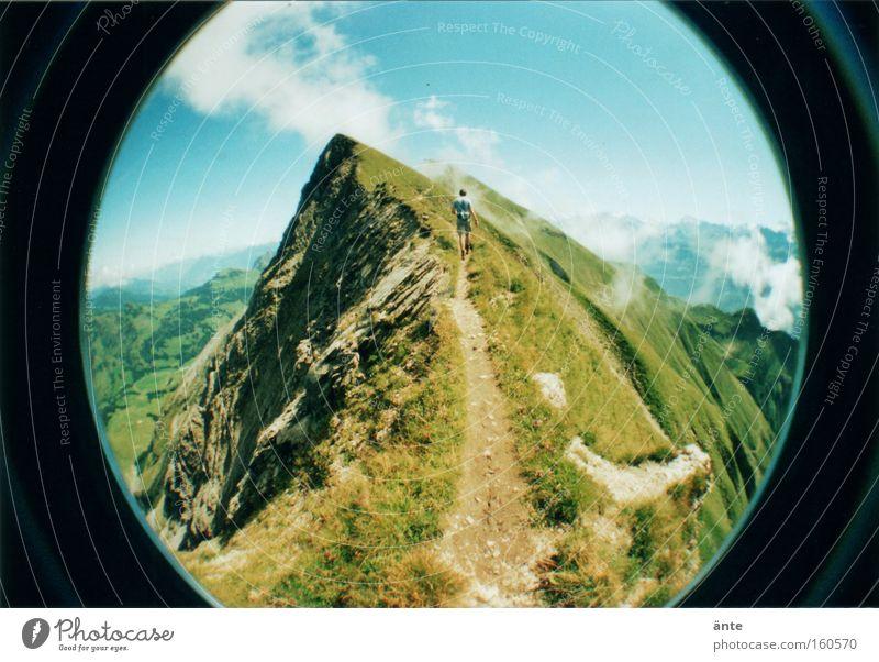 Gratwanderung Berge u. Gebirge Wege & Pfade wandern gefährlich bedrohlich Schweiz Klettern Lomografie Gipfel Fischauge Risiko Bergsteigen schmal Bergkamm Holga