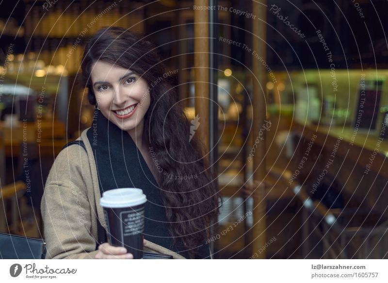 Junge Brunettefrau, die eine Kaffeebar lässt Getränk trinken Restaurant feminin Frau Erwachsene 1 Mensch 18-30 Jahre Jugendliche Jacke Leder Schal blond gehen