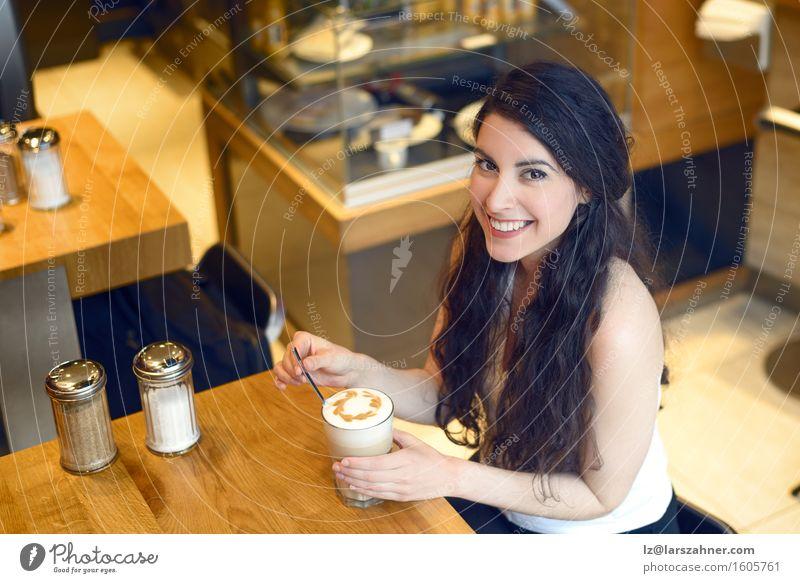 Lächelnde Brunettefrau, die in einem trinkenden Kaffee der Bar sitzt Mensch Frau Jugendliche schön Erholung 18-30 Jahre Erwachsene Lifestyle oben Textfreiraum