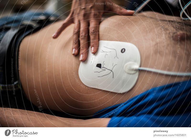 Retter, der Defibrillatorauflage anwendet Gesundheit Gesundheitswesen Behandlung Mensch Wiederbelebung Widerbelebung aed kardiopulmonale Reanimation Herzmassage