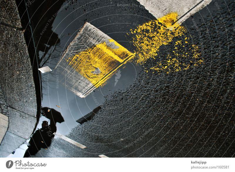 pisswetter Pfütze Regenschirm Wetter Wasser Mensch Reflexion & Spiegelung Streifen gelb grau Rinnstein Straße Verkehrswege Fahrbahnmarkierung