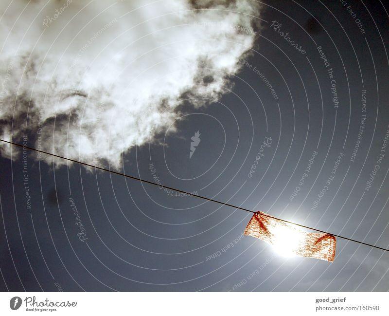 10.000V + viel Dreck auf der Linse Himmel Sonne Wolken rot fahne flagge Stoff Wind Draht Drahtseil sonnenlicht sonnenschein blendet blenden