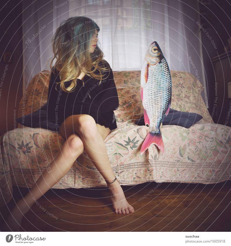 mädchen mit perücke auf einem sofa neben einem fisch | remixcase - date mit fisch Mädchen Junge Frau Haare & Frisuren Wohnzimmer Verabredung Sofa Fisch
