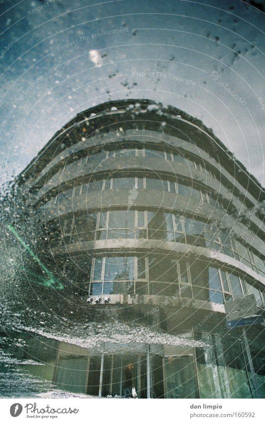 land under Haus Hotel Gebäude Hochhaus Pfütze Asphalt Straße nass Reflexion & Spiegelung Andorra analog