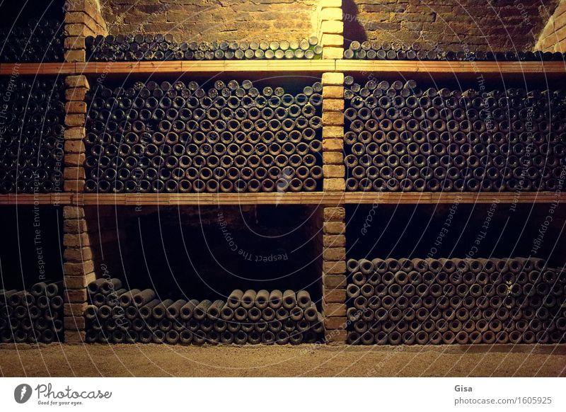 Weinkeller (Weinflaschen) alt ruhig gelb Holz Stein braun Sand Metall orange Glas gold genießen Europa trinken Landwirtschaft