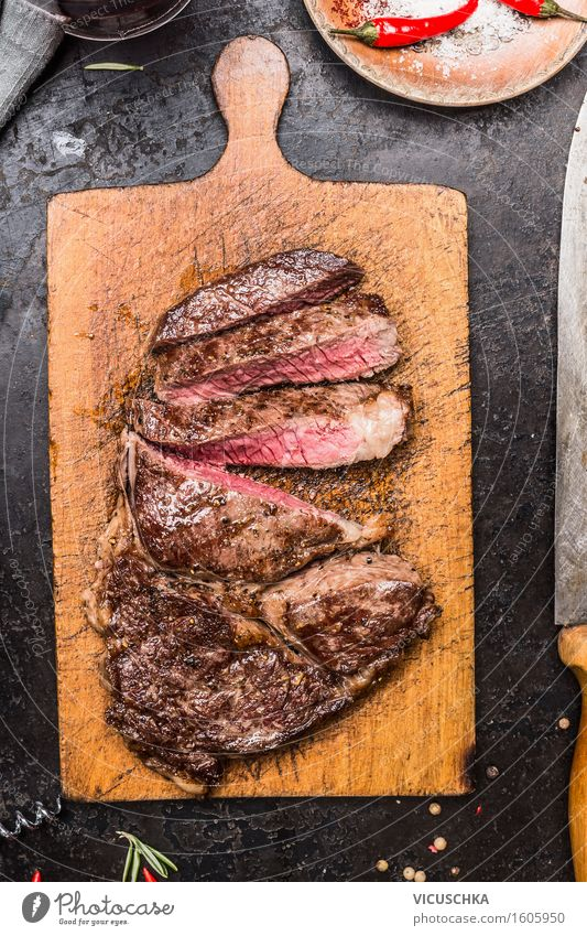 Grill Steak auf alter Schneidebrett Lebensmittel Fleisch Ernährung Festessen Picknick Bioprodukte Teller Messer Stil Tisch Design Grillen rustikal geschnitten