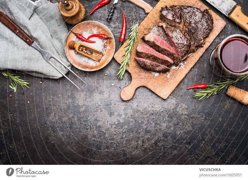 Geschnittenes Grill Steak auf Schneidebrett mit Wein und Gewürze Stil Lebensmittel Party Design Ernährung Glas Tisch Kräuter & Gewürze Getränk Bioprodukte
