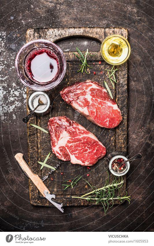 Zwei rohe Rindersteaks mit Glas Wein , Kräuter, Öl und Gewürze. Gesunde Ernährung Essen Foodfotografie Stil Design Tisch Kochen & Garen & Backen