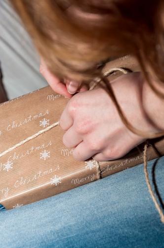 Die große Überraschung Mensch feminin Haare & Frisuren 1 Geschenk packen Weihnachten & Advent merry christmas Hand Anschnitt schenken Farbfoto Gedeckte Farben