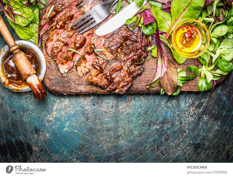 Steak vom Grill serviert mit grünem Salat und Barbecue -Sauce Gesunde Ernährung Speise Essen Foodfotografie Stil Lebensmittel Party Design Tisch Küche Grillen