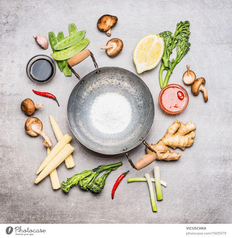 Wok-Pfanne und Zutaten für Asiatische Küche Lebensmittel Gemüse Salat Salatbeilage Kräuter & Gewürze Öl Ernährung Mittagessen Abendessen Festessen Bioprodukte