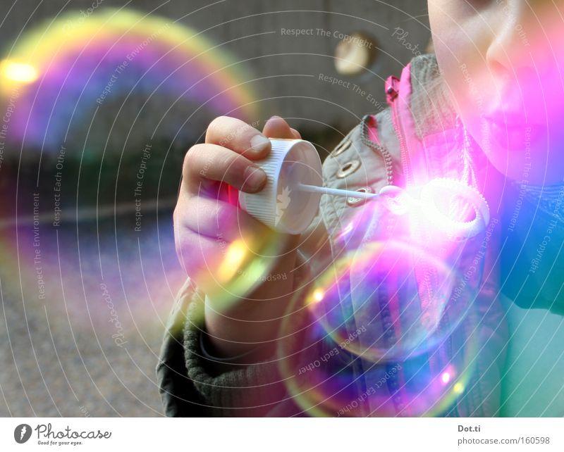 Kind mit bunten Seifenblasen Farbfoto mehrfarbig Außenaufnahme Textfreiraum links Tag Reflexion & Spiegelung Oberkörper Freude Spielen Mensch Kleinkind Mädchen