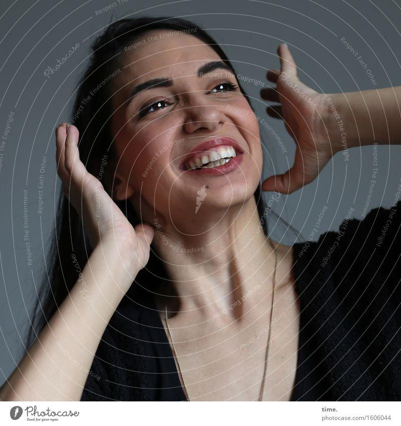 . Mensch schön Freude Wand Leben Bewegung feminin Mauer lachen leuchten Fröhlichkeit Kreativität Lebensfreude beobachten streichen T-Shirt