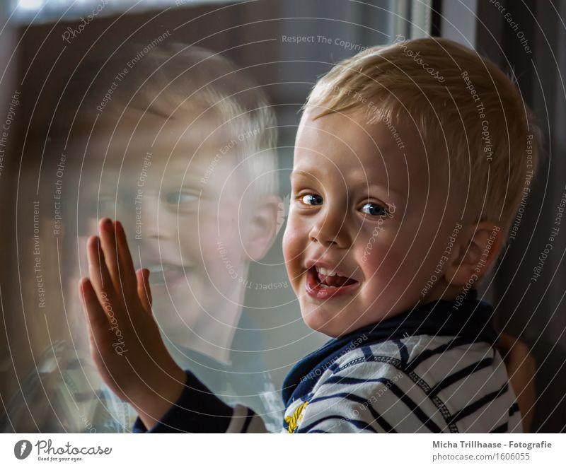 Spiegelbild Mensch Kind Freude Fenster Gesicht Leben Junge Spielen lachen maskulin Wachstum leuchten Glas blond Kindheit Fröhlichkeit