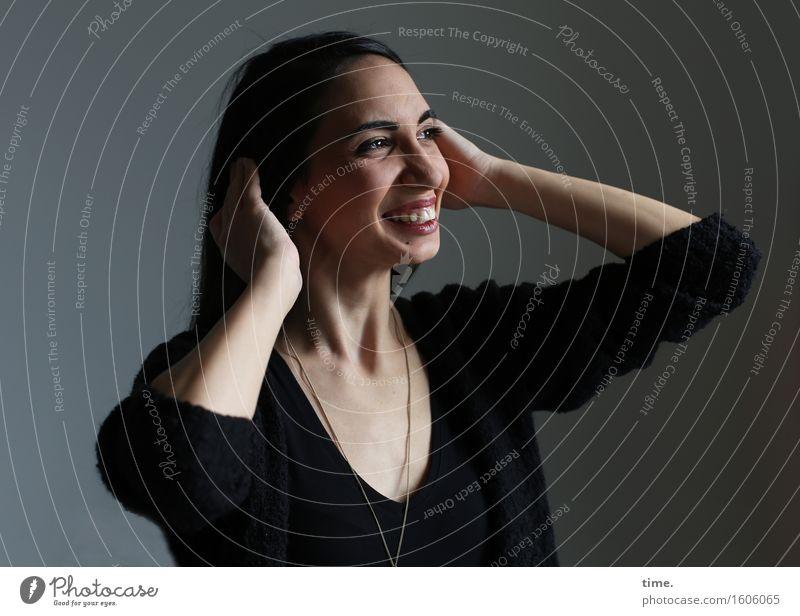 GizzyLovett feminin 1 Mensch T-Shirt schwarzhaarig langhaarig beobachten Erholung lachen Blick warten Freundlichkeit Fröhlichkeit schön Glück Zufriedenheit