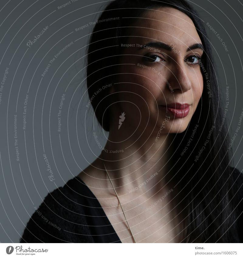 GizzyLovett feminin 1 Mensch Hemd Schmuck schwarzhaarig langhaarig beobachten Denken Blick warten elegant schön Wärme Gefühle Zufriedenheit Ehre selbstbewußt