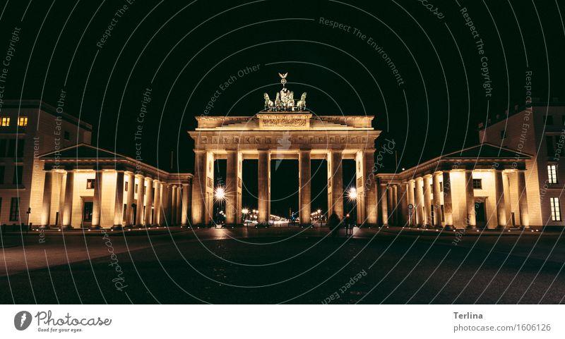 Das Tor zur Welt Skulptur Frühling Hauptstadt Stadtzentrum Bauwerk Architektur Sehenswürdigkeit Wahrzeichen Brandenburger Tor Stein entdecken alt Bekanntheit
