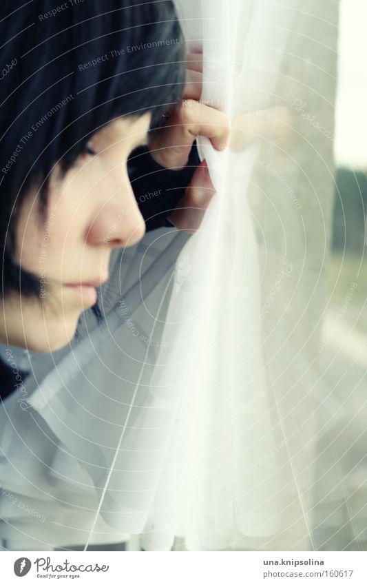 fenster Frau Hand Erwachsene Fenster Gefühle Glas warten nachdenklich beobachten Aussicht Sehnsucht Vorhang Gardine ernst Frauengesicht Fensterblick