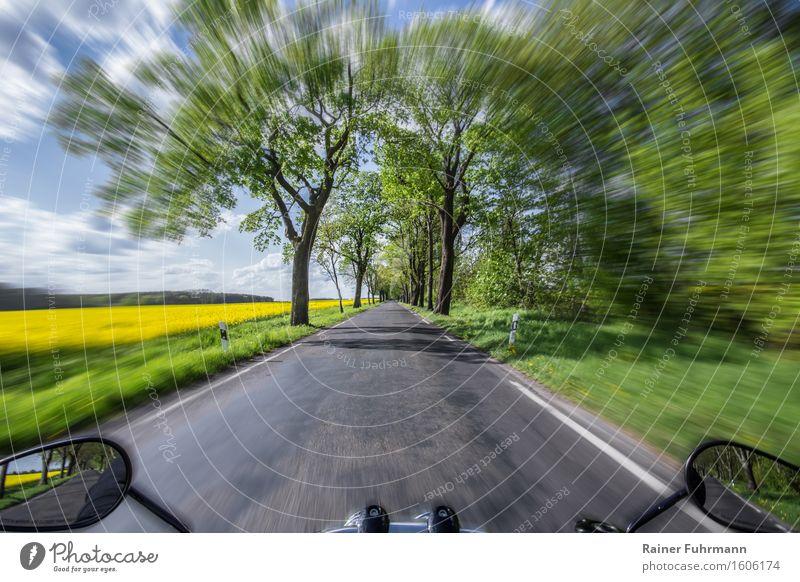 Eine Fahrt mir dem Motorrad durch eine Frühlingslandschaft Himmel Ferien & Urlaub & Reisen grün Landschaft Wolken Freude Ferne gelb Straße Freiheit