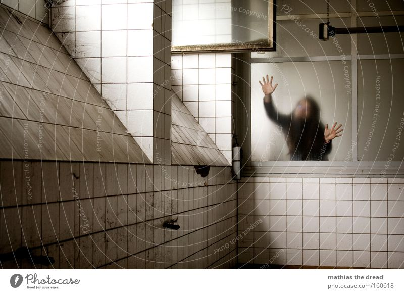 WANNA BE FREE Fensterscheibe Rahmen Glas Raum Architektur dunkel trist bedrohlich unheimlich hell Schatten Hand Arme Mensch Panik verfallen Angst Mann