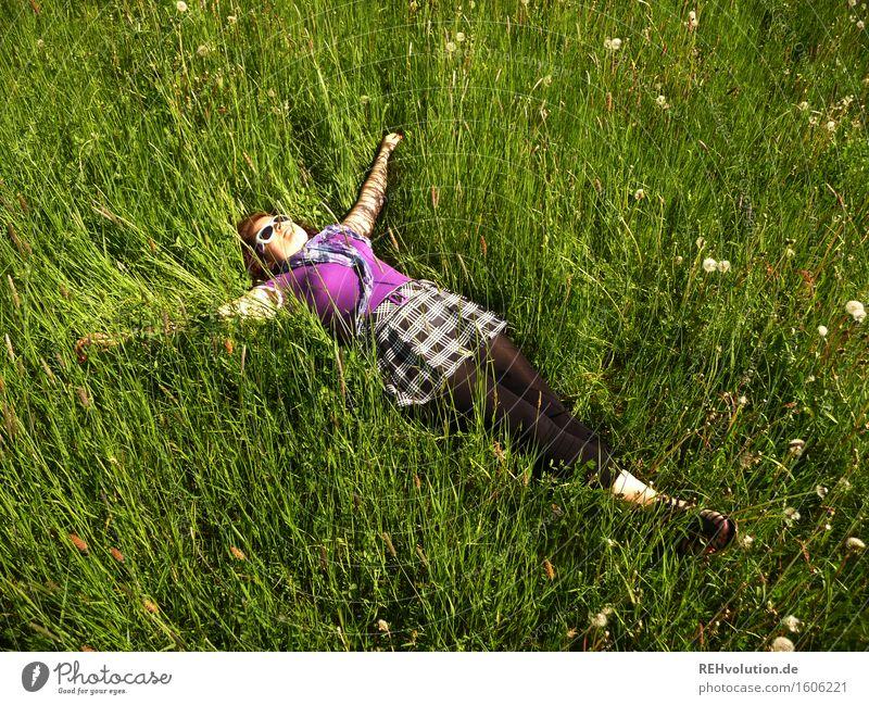 Pause Mensch feminin Junge Frau Jugendliche 1 18-30 Jahre Erwachsene Natur Pflanze Wiese liegen frei trendy natürlich grün Freude Glück Zufriedenheit