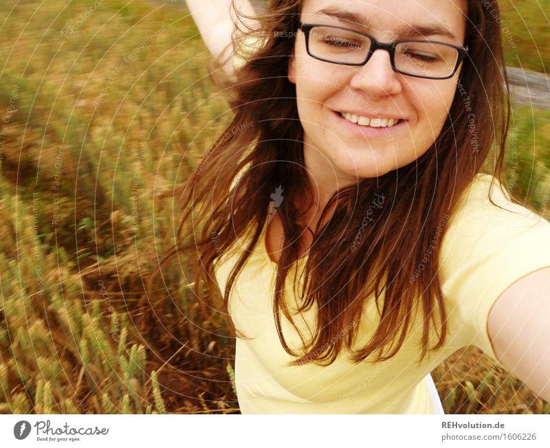 ich dreh mich Mensch feminin Junge Frau Jugendliche 1 18-30 Jahre Erwachsene Feld Brille brünett langhaarig Bewegung drehen Feste & Feiern Lächeln Tanzen frei