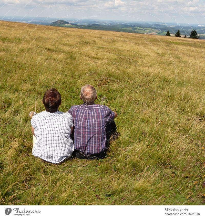 Seniorenpaar aufeiner Wiese Frau Mensch Natur Mann alt Sommer Landschaft Erholung Berge u. Gebirge Erwachsene Leben Umwelt Liebe natürlich feminin