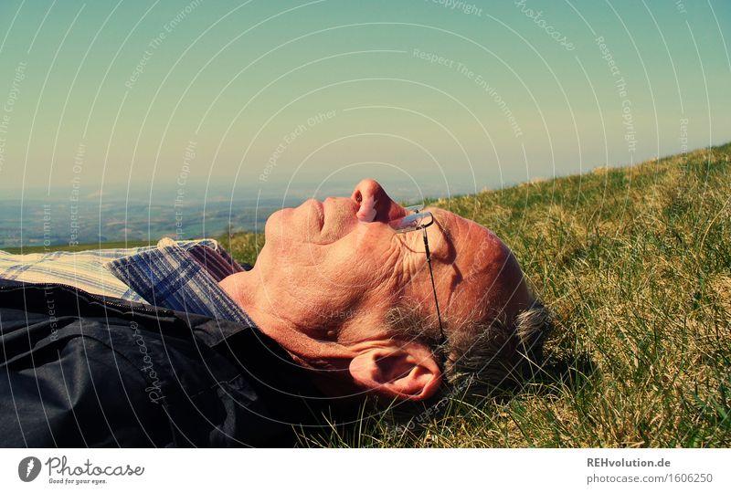 Senior liegt auf einer Wiese Mensch maskulin Mann Erwachsene Männlicher Senior 1 45-60 Jahre 60 und älter Umwelt Natur Landschaft Pflanze Himmel
